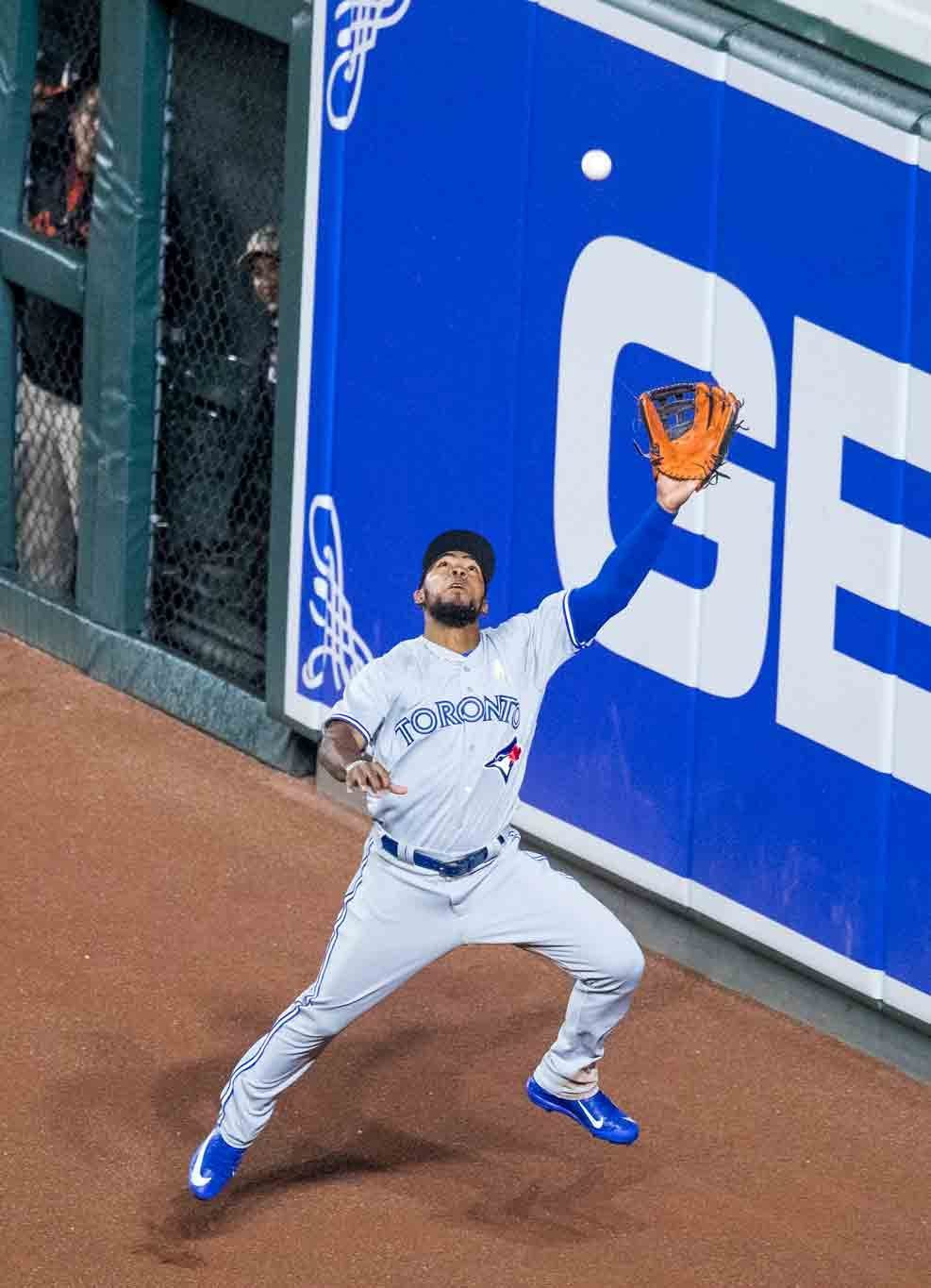 teoscar hernandez leaping catch
